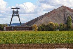 Die Halde war 1986 ca. 135m hoch. 1990 wurde das Bergwerk geschlossen.